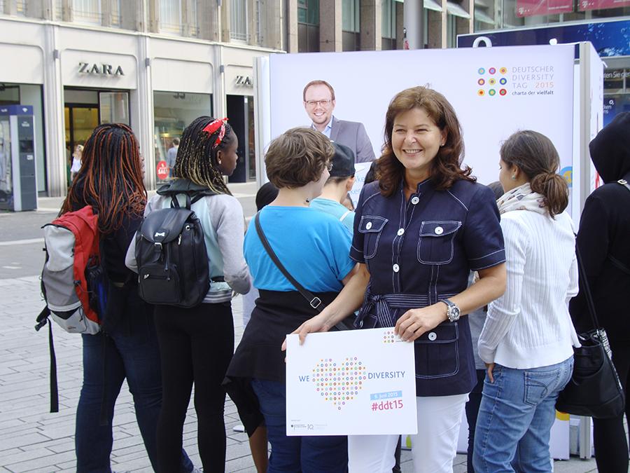 Heidrun Leinenbach mit ProMädchen beim Diversity Day am 10.06.2015